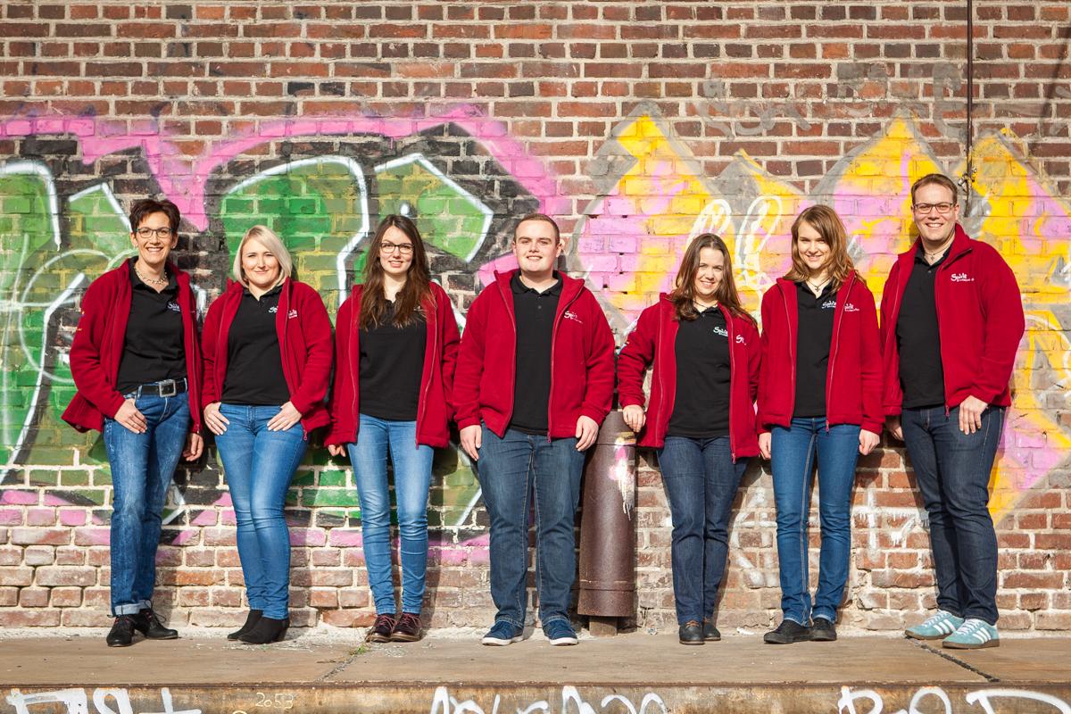 Gruppenfoto Sacro Pop Band Spirit Rote Jacken